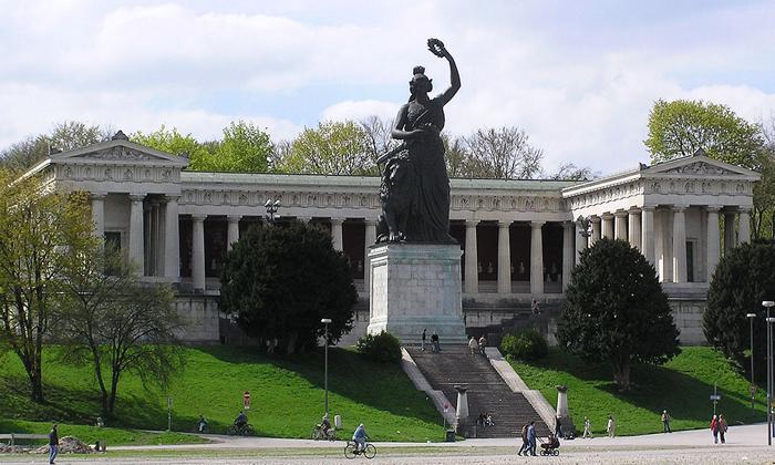 バヴァリアの巨大な女性像
