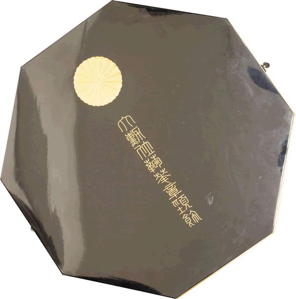 大勲位菊花章頸飾化粧箱の写真(反射状態)